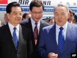 Президент Казахстана Нурсултан Назарбаев встречает китайского лидера Ху Цзиньтао в аэропорту. Астана, 12 июня 2011 года.