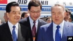 Нурсултан Назарбаев встречает Ху Цзиньтао в Астане. 12 июня 2011