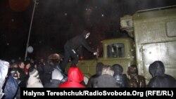 Активісти львівського Євромайдану блокують військову частину внутрішніх військ МВС і батальйону «Беркуту»