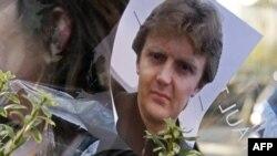 Fotografija Aleksandra Litvinenka ispred bolnice u Londonu gdje je bezuspješno liječen