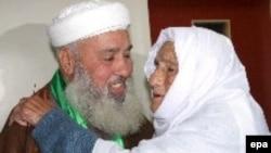 Кандидат ХАМАС Хамед Альбетауи принимает поздравления матери