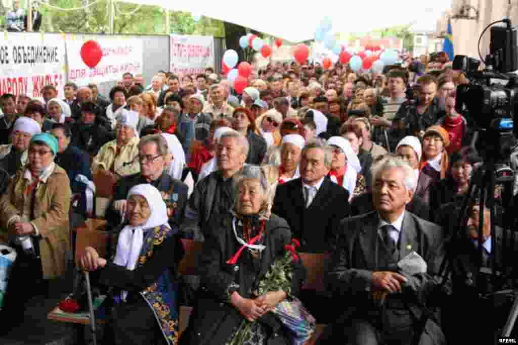 Республиканское собрание демократической общественности, приуроченное к Первому Мая. Алматы, 1 мая 2010 года.