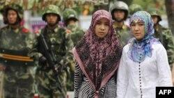 Өремчедә уйгыр кызлары һәм Кытай хәрбиләре