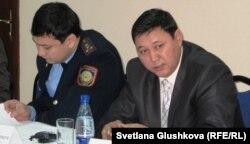 Алибек Раимкулов (справа), главный специалист управления медицинского обеспечения Комитета УИС МВД РК. Астана, 13 ноября 2012 года.