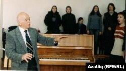 Профессор Җәвид Котдусов студентлары белән