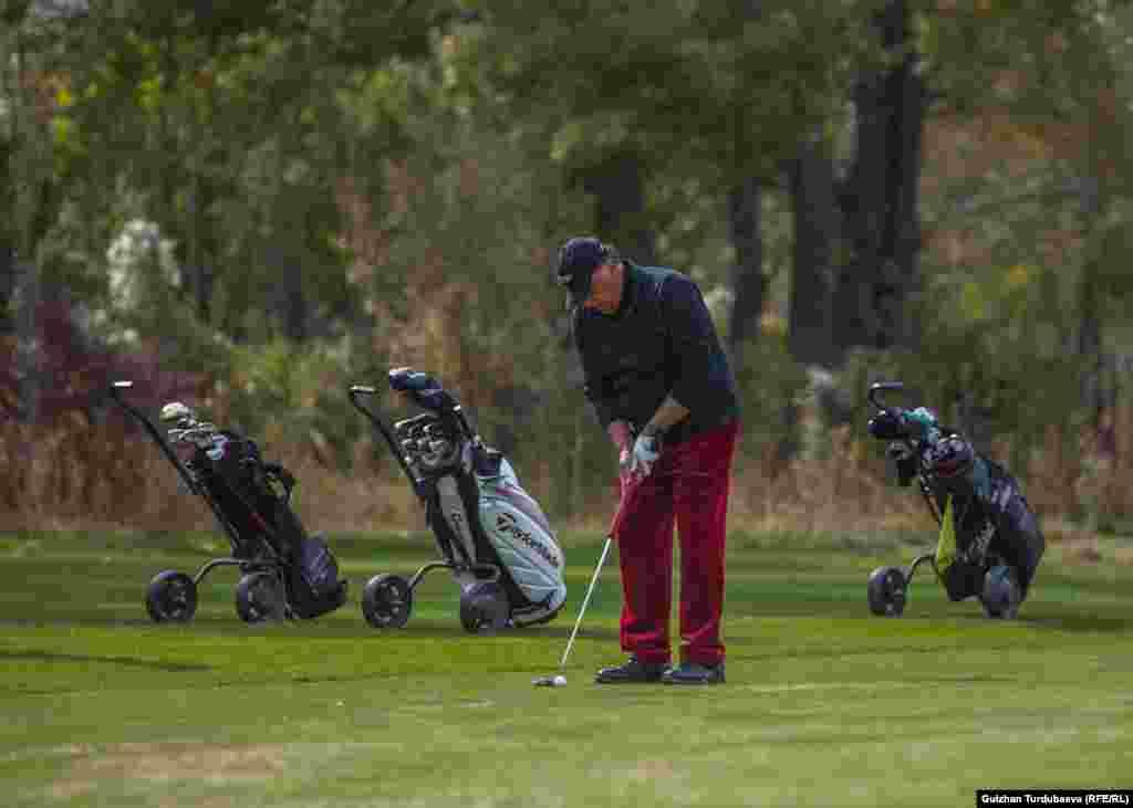 На территории гольф-клуба в Кара-Жыгаче одновременно могут играть 50 спортсменов.