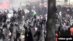 Столкновения между участниками протестов и милицией в центре Киева. 18 февраля 2014 года.