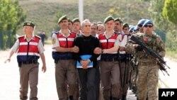 Jandarmlar Türkiyə Hərbi Hava qüvvələrinin komandanlarından general Akın Öztürk və başqa hərbçiləri məhkəməyə aparırılar