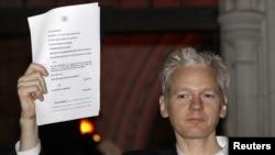 Assange Londondakı Ali Məhkəməni tərk edir. 16 dekabr 2010
