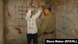 Сцена допроса заключенного Карлага под пытками, показываемая сотрудниками музея Карлага. Поселок Долинка Карагандинской области, 19 мая 2013 года.