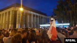 """Poljaci ispred zgrade Vrhovnog suda predsedniku Dudi skandirali su """"veto, veto"""""""