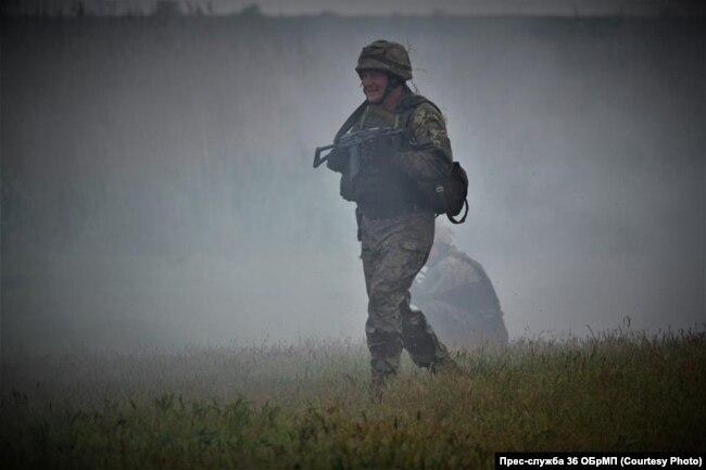 Командувач морської піхоти Юрій Содоль під час випробувань на право носити берет морпіха. 8 травня 2018 року