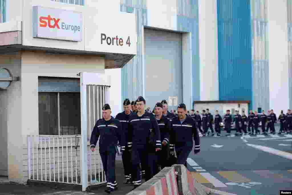 Российские моряки продолжают учебу на вертолетоносце и после заявления о приостановке его поставки. 4 сентября 2014 года.