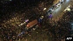 Pamje e makinave të emergjencës në mesin e turmës së njerëzve që ishin mbledhur për ta festuar Vitin e Ri në Shangai