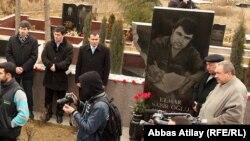 Arxiv fotosu: Jurnalistlər Elmar Hüseynovun qəbri üstündə