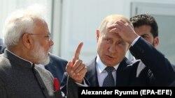 Vladimir Putin (sağda) və Narendra Modi (solda)