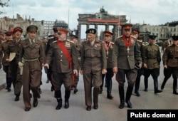 Июль 1945 года, Берлин. Группа советских и британских военных после награждения орденами Великобритании. В центре - маршал Жуков, британский фельдмаршал Монтгомери, маршал Рокоссовский