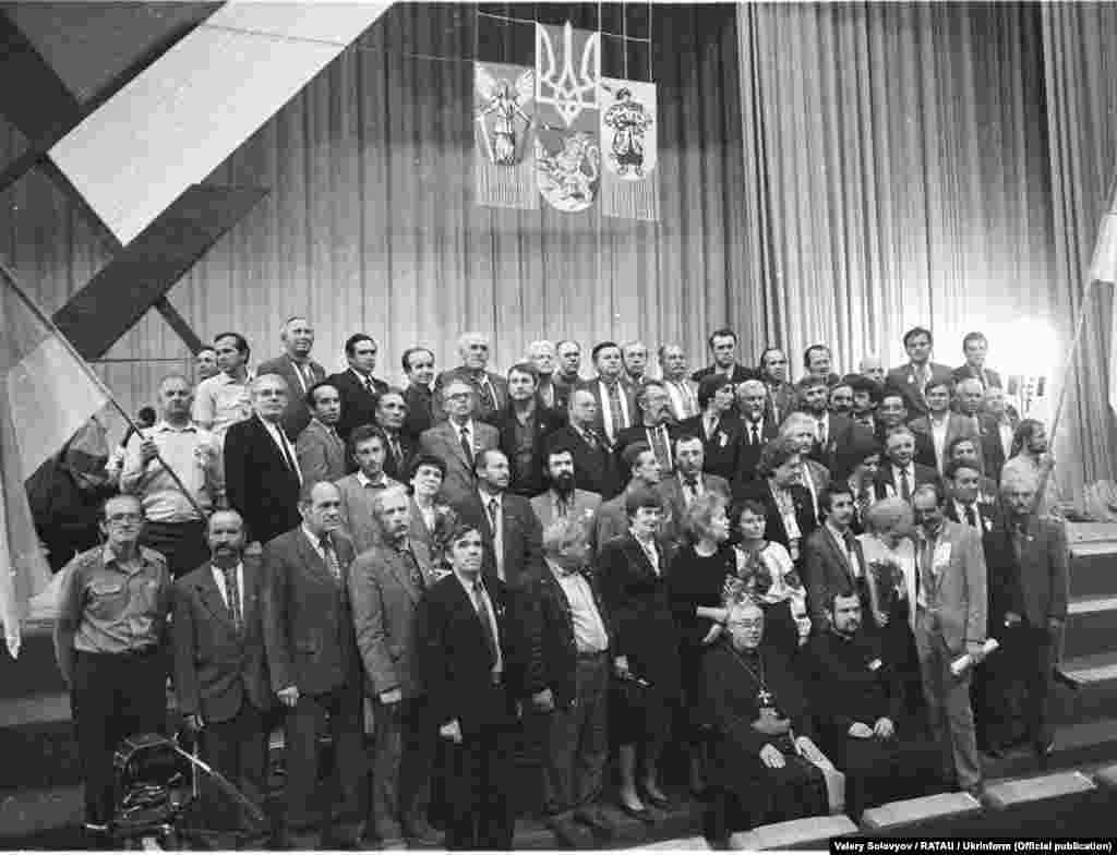 Частина делегатів Установчого з'їзду Народного руху України під час фотографування (загалом було понад 1100 делегатів)