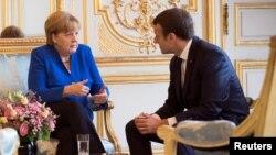 Германия канцлері Ангела Меркель мен Франция президенті Эммануэль Макрон. Париж, 13 шілде 2017 жыл.