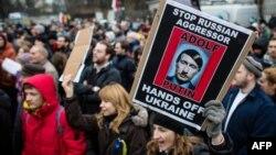 Акція протесту проти дій Москви біля посольства Росії у Варшаві, 2 березня 2014 року