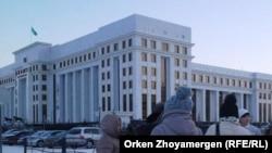 Бас прокуратура алдына жиналған тұрғындар. Астана. 18 желтоқсан 2013 жыл. (Көрнекі сурет.)
