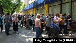 Очередь в ЦОН Ленинского района города Бишкека. 21 мая 2020 г.