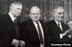 Васіль Быкаў, Станіслаў Шушкевіч, Ніл Гілевіч на сьвяткаваньні 75-х угодкаў БНР. 1993 год