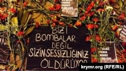 Цветы на месте теракта. Анкара, Турция, 12 октября 2015 года.