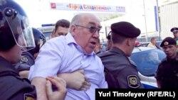 Московская полиция оттесняет активистов с Триумфальной площади, 31 мая 2011