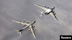 Дозаправка российского бомбардировщика Ту-95 во время военных учений. Иллюстративное фото.