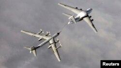 Российский бомбардировщик Ту-95 проводит дозаправку в воздхе