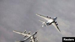 Российский бомбардировщик Ту-95 проводит дозаправку в воздхе.