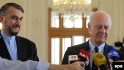 Посланник ООН по Сирии Стаффан де Мистура (справа) и заместитель министра иностранных дел Ирана Хосейн Амир Абдоллахиян. Тегеран, 12 апреля 2016 года.