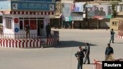 Сотрудники полиции Афганистана в центральной части города Кундуз. 3 октября 2016 года.