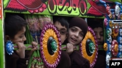 Пакистандык балдар автобус менен мектепке баратышат. 12-январь, 2015-жыл