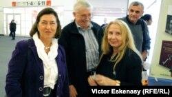 Doina Uricariu (dr.) între scriitori și traducători la standul României de la Tîrgul Internațional de Carte de la Frankfurt 2011