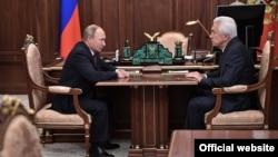 Президент Владимир Путин встречается с врио главы Дагестана Владимиром Васильевым (архивное фото)