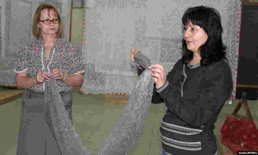 Рима Якупова музей хезмәткәре белән күргәзмә вакытында