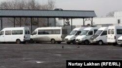 """Автобусы на территории бывшего автовокзала """"Саяхат"""" в Алматы. 15 января 2014 года."""