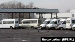 Маршрутные такси на парковке. Алматы, 15 января 2014 года. Иллюстративное фото.