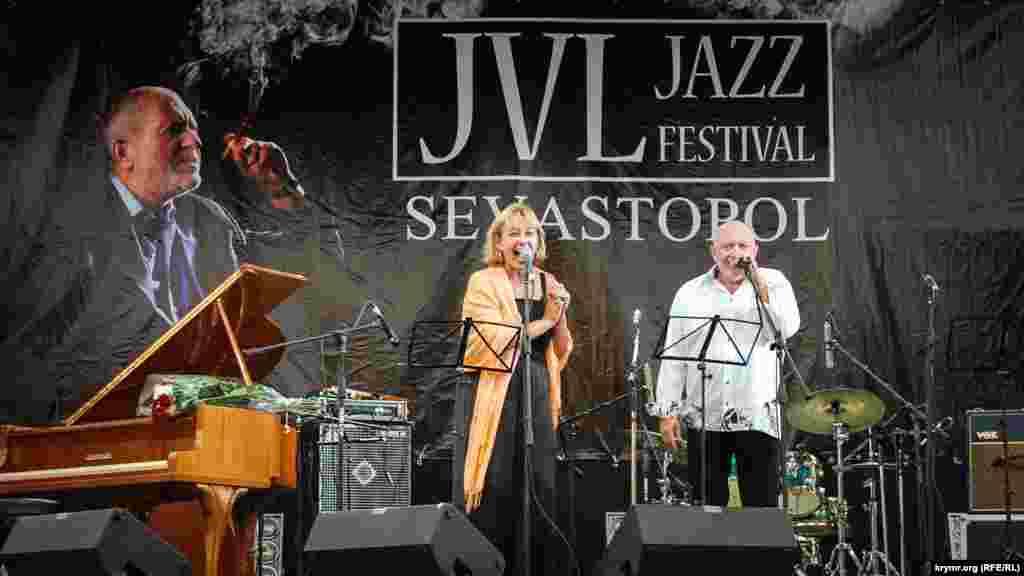 Вересень 2011 року. Музикант з Данії Віктор Ліфшиц і російська тележурналістка Аріна Шарапова відкривають міжнародний джазовий фестиваль JVL Jazz Festival