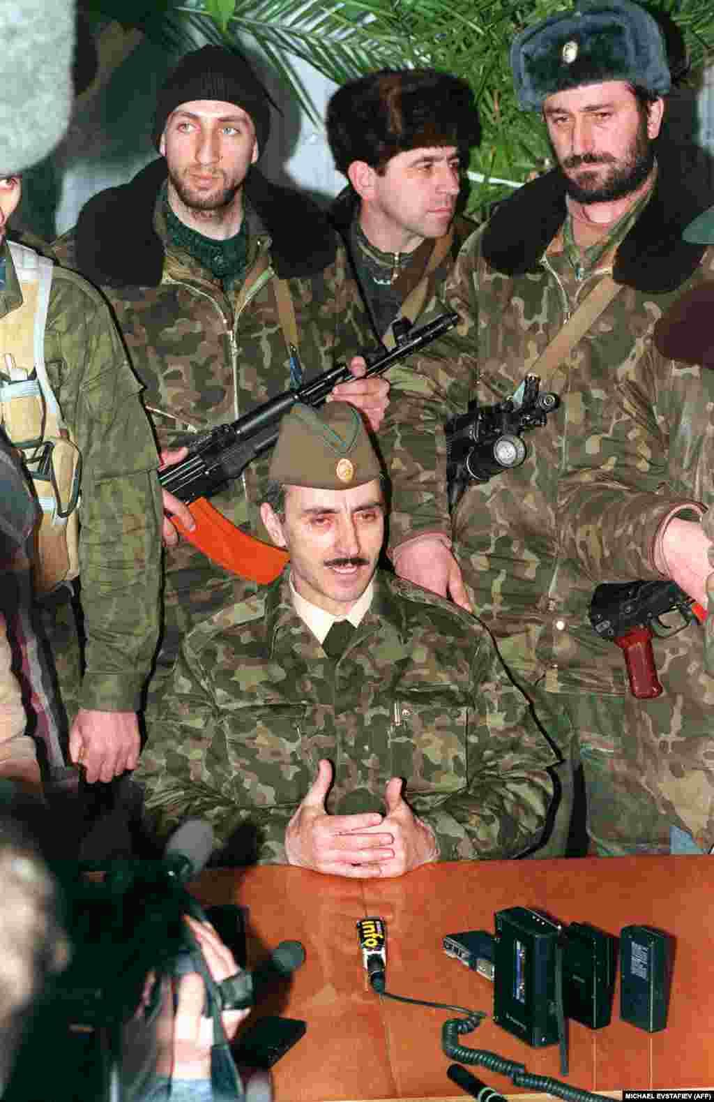 Президент самопровозглашенной республики Ичкерия Джохар Дудаев проводит спешно организованную пресс-конференцию в одном из сел республики. Он потребовал прекратить убийства мирных граждан и начать немедленные переговоры между Москвой и Грозным.11 января 1995 года.