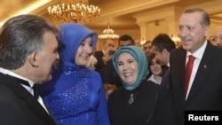Президент Турции Абдулла Гюль и премьер Реджеп Эрдоган в сопровождении жен