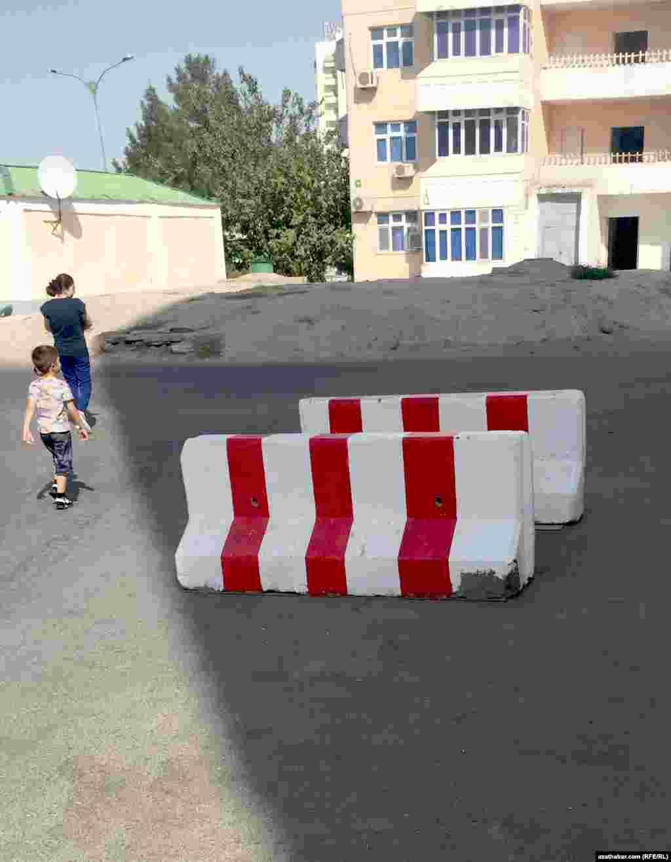 Etraplaryň köçelerinde awtoulaglaryň geçmezligi üçin ýörite beton böwetler ýerleşdirildi