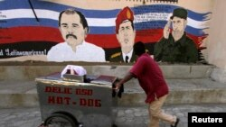 Plakat sa likovima Huge Čaveza, Fidela Kastra i Daniela Ortege, Nikaragva, mart 2013.