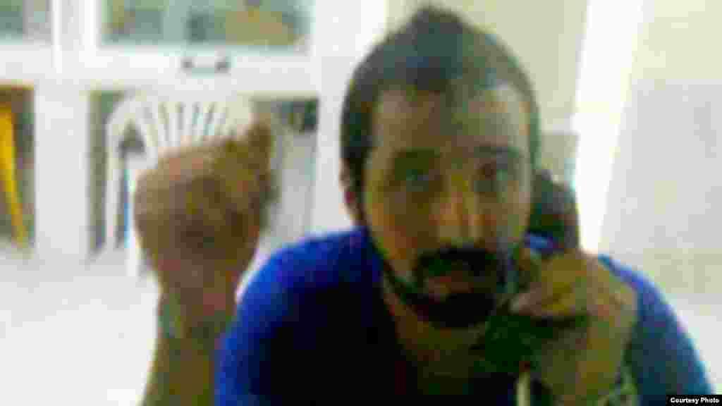 هومان موسوی پشت شیشه کابین ملاقات زندان اوین