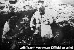 Голодные дети ищут пищу. Репродукция. УССР, 1932–1933 гг.