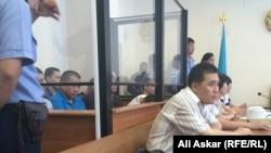 Обвиняемые в «намерении выехать в Сирию для участия в войне» и их адвокаты в зале суда. Актобе, 12 июля 2016 года.
