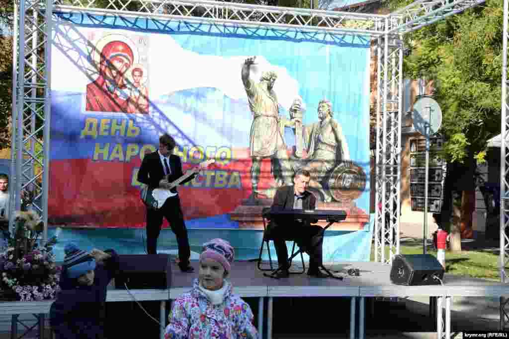 В рамках празднования Дня народного единства в Симферополе прошли молебен, благотворительная ярмарка и концерт.
