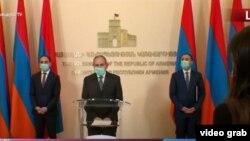 Онлайн-брифинг премьер-министра Никола Пашиняна (в центре), вице-премьера, коменданта Тиграна Авиняна (слева) и министра здравоохранения Арсена Торосяна, 26 мая 2020 г.